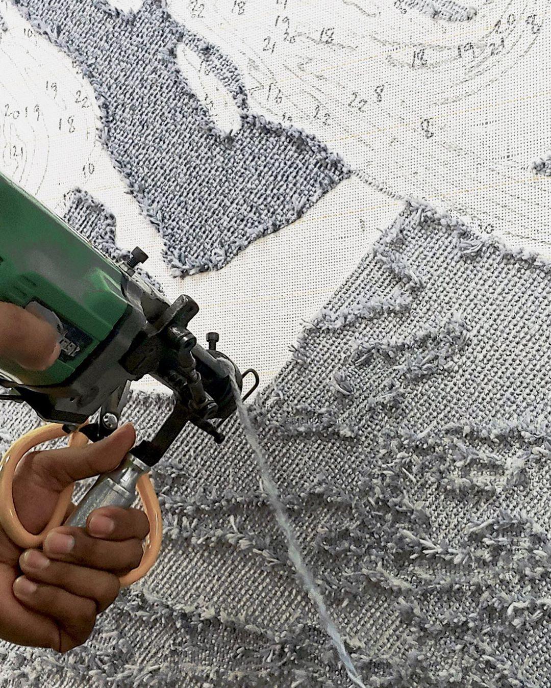 手工枪刺法是将毛线打入绷好的布面,在修剪毛线,在地毯的背面会有一层底布与胶黏合。