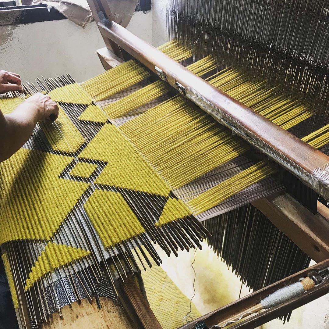 全手工的地毯由师傅一个结一个结慢慢编织而成。