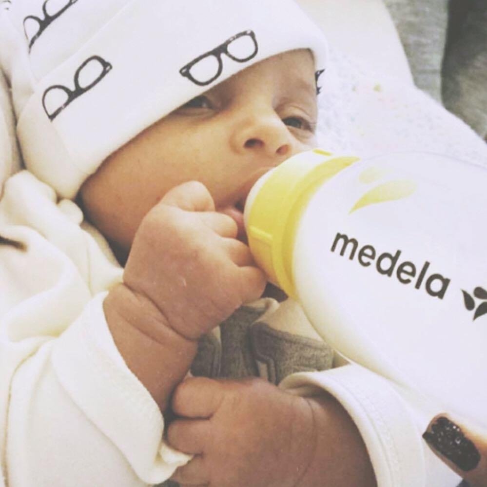 自己喝水的宝宝